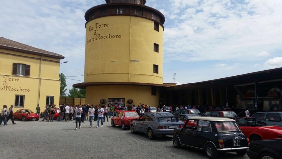 Raduno di auto sportive, moderne e storiche fa tappa alla Torre di Castel Rocchero